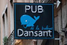 Pub de la baleine dansant